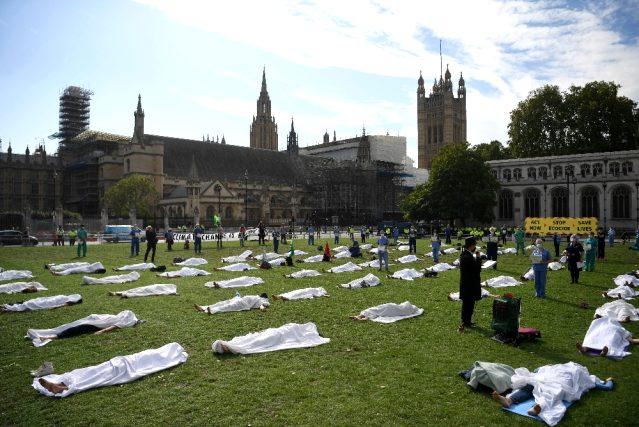 İngiltere'de çevrecilerden kefenli eylem
