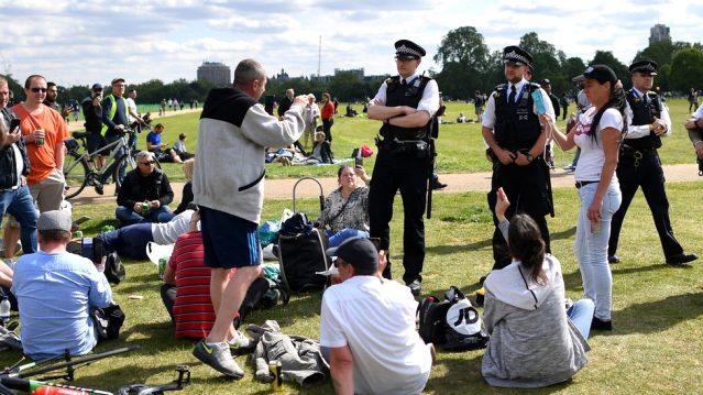 İngiltere İçişleri Bakan Yardımcısı '6 kişi' kuralına uymayanların yetkililere bildirilmesini istedi