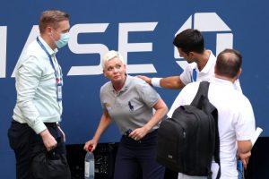 Sinirlenip vurduğu top hakemin boğazına gelince Djokovic turnuvadan diskalifiye edildi