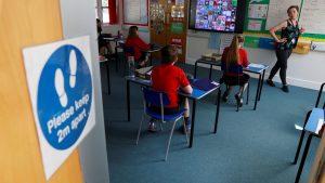 İngiltere'de okullar yeniden öğrencilere kapılarını açtı