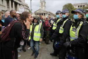 İngiltere'de polis, Kovid-19 önlemleri karşıtı grubun protestosuna müdahale etti
