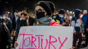Polonya'da kürtaj yasağını protesto eden kadınlar 'grevde'