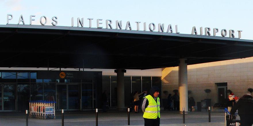 Londra'ya gitmek üzere 5 Kıbrıslı Türk, Baf Havalimanı'nda sigara kaçakçılığından tutuklandı
