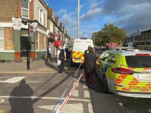 Doğu Londra'da bir adam bıçaklanarak ağır yaralandı