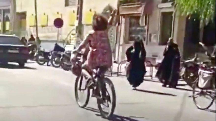 Başörtüsü takmadan bisiklete binen kadını gözaltına aldılar