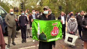 Fransa'nın İslam karşıtı tutumu İngiltere'de protesto edildi
