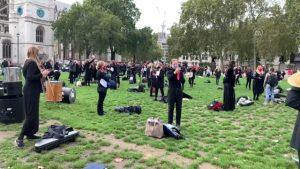 İngiltere'de müzisyenler, Covid-19 kısıtlamalarına karşı gösteri yaptı