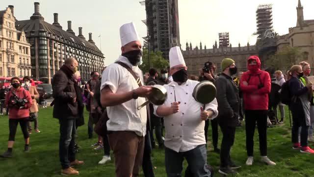 İngiltere'de restoran ve bar çalışanları gösteri düzenledi