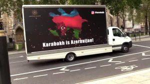 """Londra sokaklarında mobil """"Karabağ Azerbaycan'dır"""" panosu"""