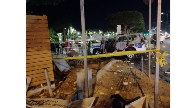 Rum tarafında hükümete karşı protesto, polis aracını ateşe verdiler