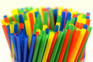 İngiltere'de bugünden itibaren plastik pipet ve kulak temizleme çubuklarının satışı yasak