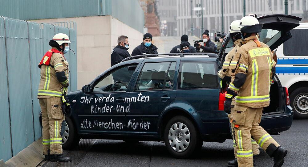 Merkel'in ofisine 'Çocuk katilleri' yazılı araba 'çarptı'