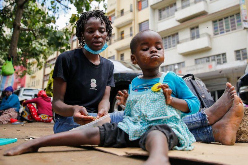 Kenya'da evsiz annelerinden çalınan bebekler karaborsada satılıyor