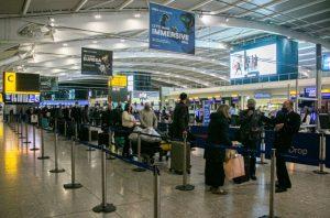 İkinci Ulusal karantina'dan önce İngiltere'den kaçarken Heathrow'da uzun kuyruklar oluştu