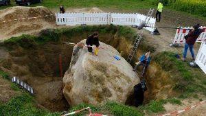 Tarlasından 1 milyar yıllık kaya çıktı