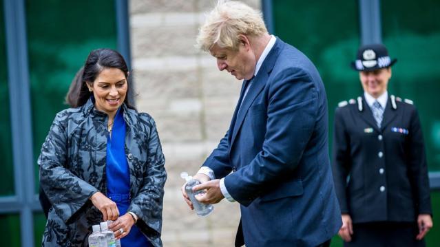 İngiltere Başbakanı Johnson personeline kaba davranmakla suçlanan İçişleri Bakanı Patel'e destek verdi, danışmanı istifa etti