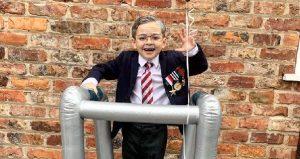 İngiltere'de Sir Tom Moore kılığına giren çocuk 10 bin sterlinden fazla bağış topladı