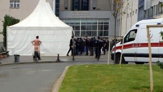 Covid-19 test kuyruğunu protesto eden adam hastane önünde soyundu