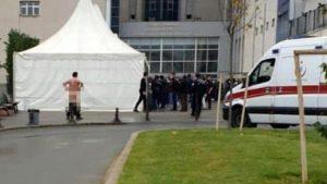 Koronavirüs test kuyruğunu protesto eden adam hastane önünde soyundu