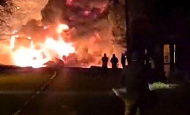 İngiltere'de kimyasal madde taşıyan tankerde yangın