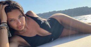 Bikinili pozunu paylaşan Adriana'dan ilginç not: Bunu kim çektiyse bana mesaj atsın