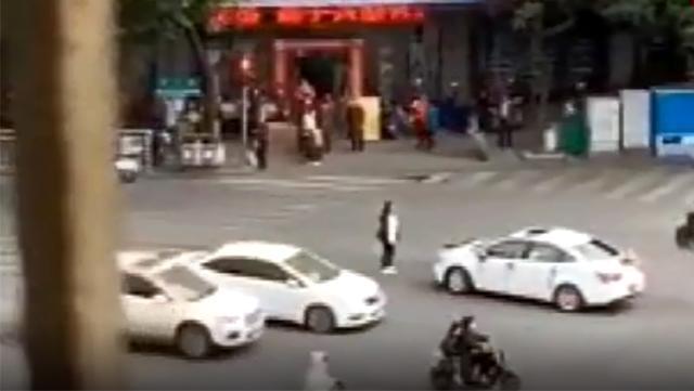 Genç kadın, gelin arabasının yolunu kesip eski erkek arkadaşını son kez ikna etmeye çalıştı