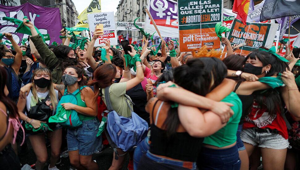 Arjantin'de kadın hakları savunucuları gövde gösterisi yaptı: Kürtajın yasallaşması ilk engeli aştı