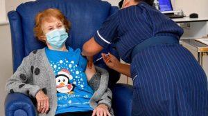 İngiltere'de ilk aşının yapıldığı 90 yaşındaki kadın konuştu: Harika hissediyorum