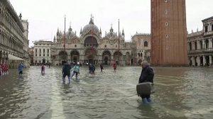 İtalya olumsuz hava koşullarına teslim oldu: 1 ölü