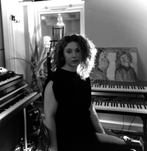 Londralı müzisyen Sezin Angelova'nın yeni şarkısı 'Simya' yayınlandı