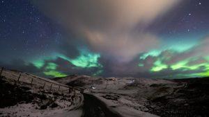 Kuzey Işıkları, İskoçya'da gökyüzünü yeşil, mor ve mavinin tonlarına boyadı