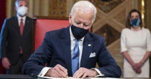 Joe Biden, başkan olarak ilk imzasını attı