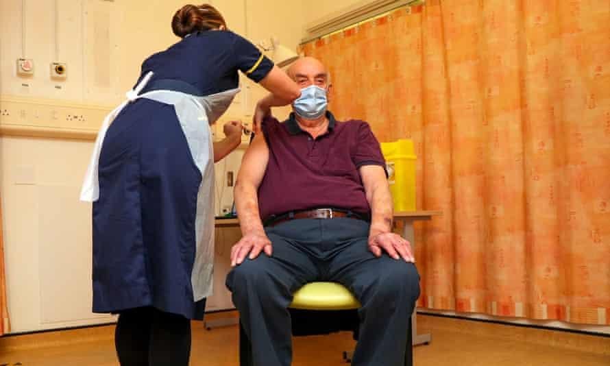 Oxford-AstraZeneca aşı ilk kez 82 yaşındaki diyaliz hastasına yapıldı