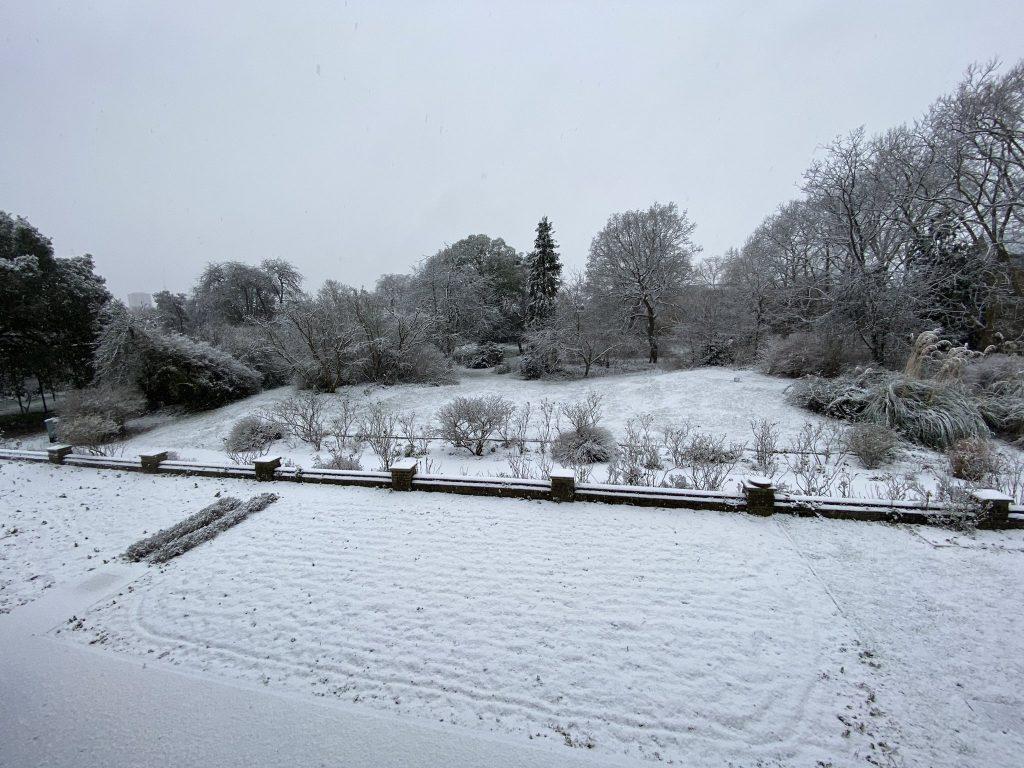Snow blizzard sweeps across London