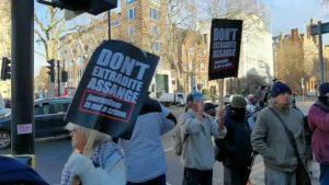 92 yaşındaki Assange destekçisine gözaltı