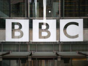 İngiltere'de BBC personeli sosyal mesafe ölçer cihazı takacak