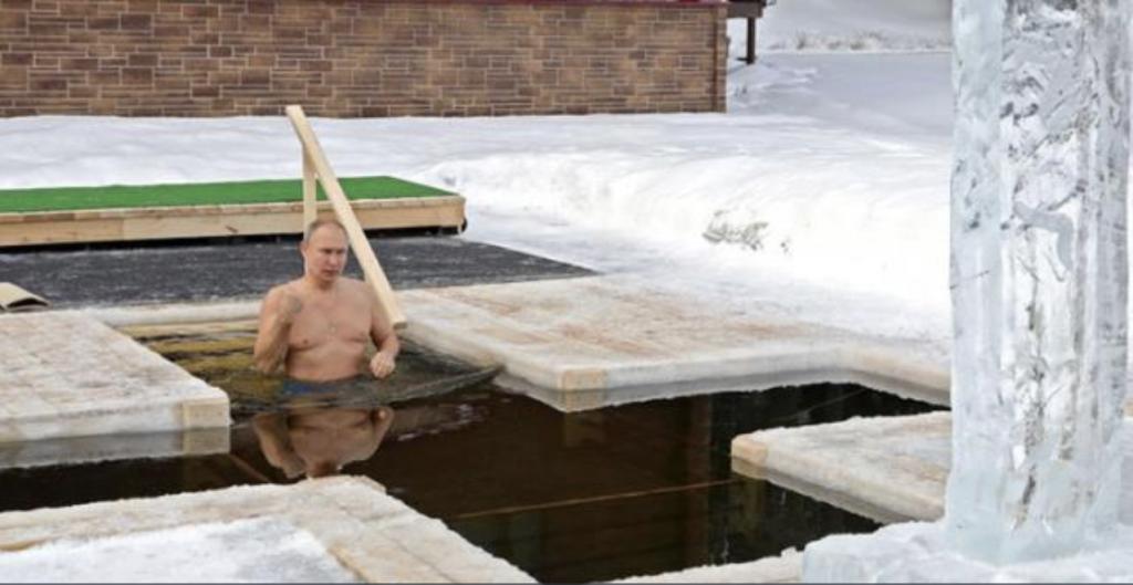 Rusya lideri Putin, dondurucu soğukta buz gibi suya girdi
