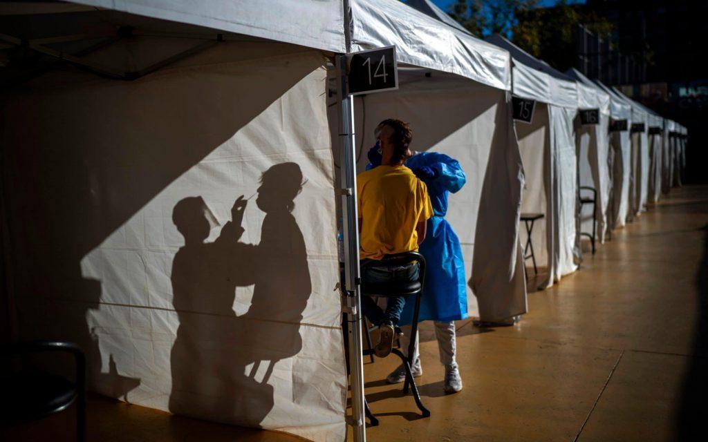 Londra'da çadırdan aşı merkezleri kuruldu