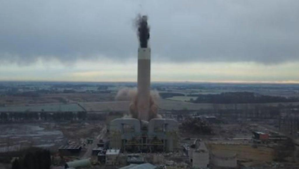 182 metrelik baca patlatılarak 4 saniyede yıkıldı