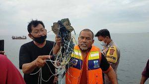 Endonezya'da 62 kişi taşıyan bir yolcu uçağı radardan kayboldu