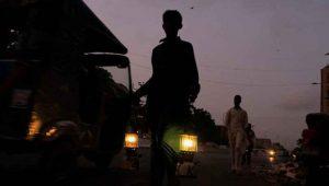 Karanlığa gömülen Pakistan'da aşamalı olarak elektrikler geri geldi