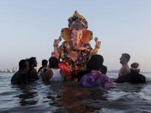 Çoğu maskesiz yüz binlerce Hindu, kutsal gördükleri Ganj Nehri'nde toplandı