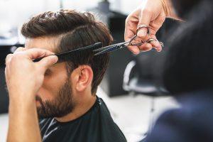 Polis memurları saç kestirmek için kuralları ihlal etti
