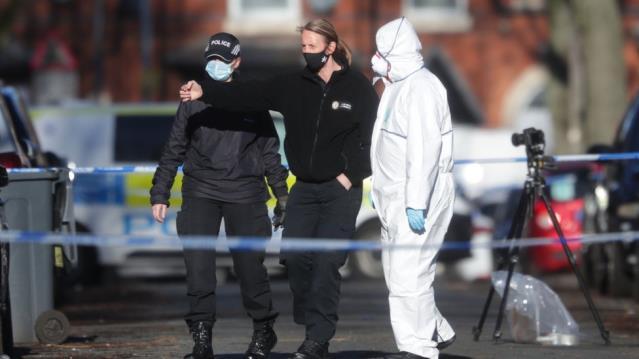 İngiltere'de 15 yaşındaki genç bir grubun bıçaklı ve silahlı saldırısında öldürüldü