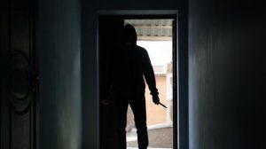 İngiltere'de bir eve bıçak zoruyla girmeye çalışan saldırgan, genç kadına tecavüz etti