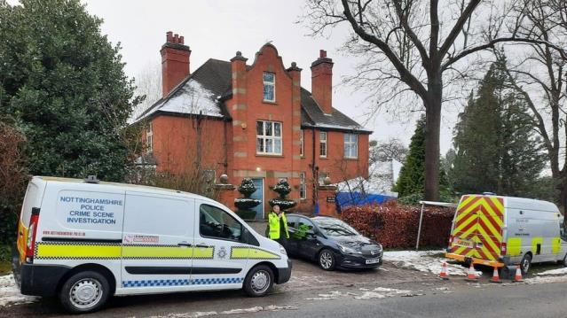 İngiltere'nin en saygın plastik cerrahlarından biri evinde bıçaklandı, eski meslektaşı gözaltına alındı