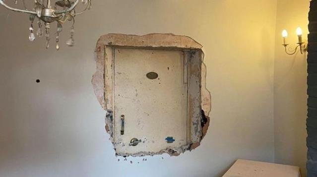 Perili bir evde yaşadığını düşünen adam, duvarların arasında gizli kasa buldu