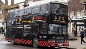 İngiltere'nin sembolü olan çift katlı otobüsler mutant corona virüse karşın siyahlara büründü