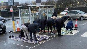 Müslüman minicab sürücüler otobüs durağında namaz kılmak zorunda kaldı