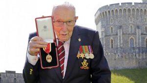 Koronavirüs ile mücadele için 32 milyon sterlin bağış toplayan emekli yüzbaşı Covid-19'a yakalandı